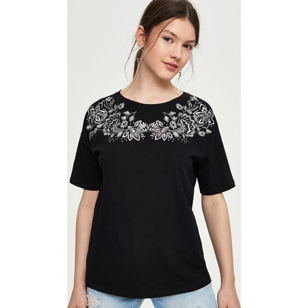 8323e745cb Luźny t-shirt z haftem - Czarny - Czarne t-shirty damskie marki ...