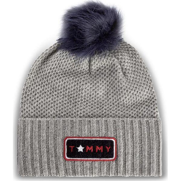 5542ac43cb066 Czapka damska TOMMY HILFIGER - Fur Pompom Beanie AW0AW04374 013 - Szare  czapki damskie marki Tommy Hilfiger, z nylonu. W wyprzedaży za 189.00 zł.