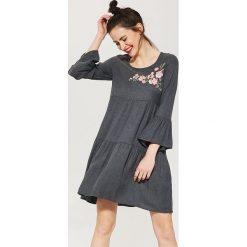 0623db33c4 Luźna sukienka z szerokimi rękawami - Szary. Szare sukienki damskie marki  House.