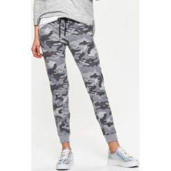 42e63c976269 Dresowe joggery moro - Jasny szary. Spodnie dresowe damskie marki Cropp.