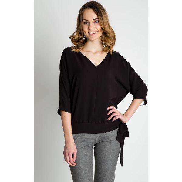 9281874ca9ba44 Czarna luźna bluzka z dekoltem BIALCON - Czarne bluzki damskie BIALCON, bez  wzorów, eleganckie, bez kołnierzyka, bez ramiączek. W wyprzedaży za 88.00  zł.