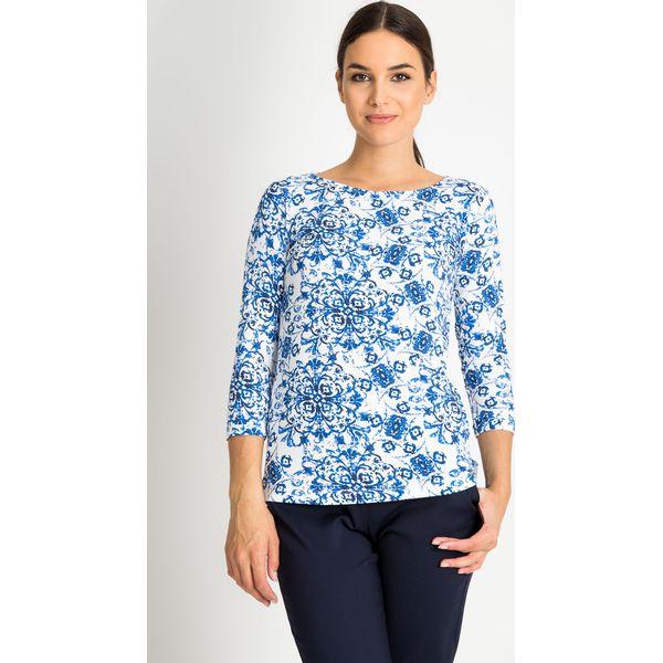 f2230362c4e1 Bluzka z niebieskim wzorem z dekoltem łódka QUIOSQUE - Niebieskie bluzki  damskie marki QUIOSQUE