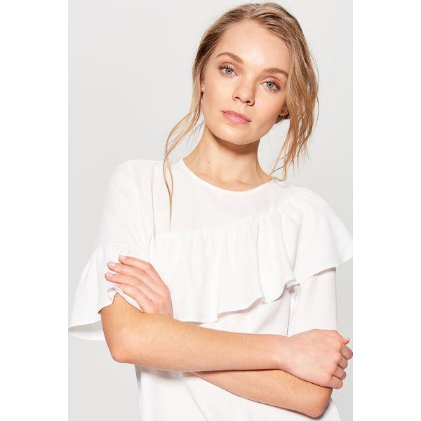 ac4eb4dcfa97a2 Zwiewna bluzka z asymetryczną falbaną - Kremowy - Białe bluzki ...