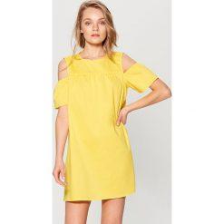 9c89f2b672 ... sklepu Mohito - Kolekcja wiosna 2019. -25%. Sukienka cold arms - Żółty.  Żółte kombinezony damskie marki Mohito.