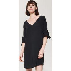 b96b8cffdf Sukienka oversize z falbaną - Czarny. Czarne kombinezony damskie marki  House.